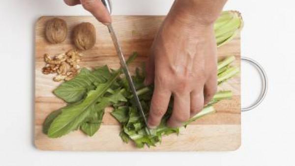 Cómo preparar Ensalada de achichoria con nueces y parmesano- Paso 1