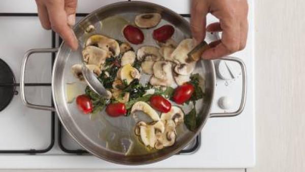 Cómo preparar Hojaldre con tomate, champiñones, kale y queso de cabra- Paso 2
