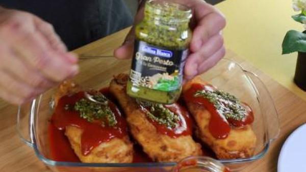 Cómo preparar Pollo relleno de parmesano en salsa de tomate- Paso 3