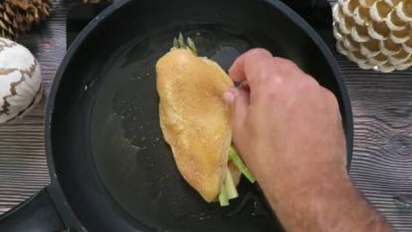 Cómo preparar Pechuga de pollo con queso y espárragos - Paso 3