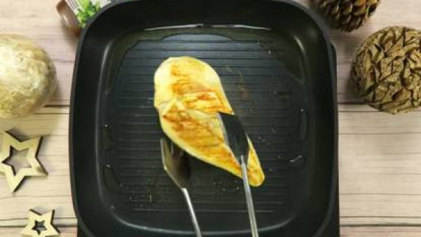 Cómo preparar Ensalada de pollo y manzana navideña - Paso 1