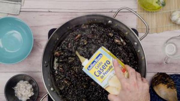 Tercer paso arroz negro chipirones
