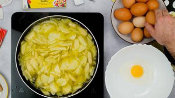 Primer paso tortilla de patatas