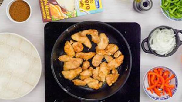 Primer paso de pollo con salsa de almendras