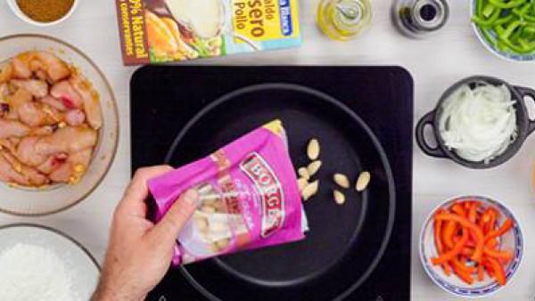 Segundo paso pollo con salsa de almendras