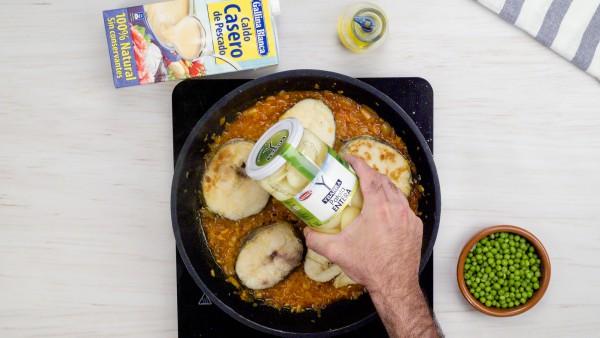Segundo paso de guiso de merluza con patatas