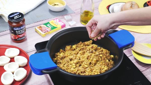 Primer paso huevos rellenos de carne