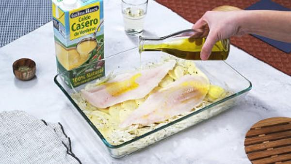 Merluza al horno con patatas y cebolla Paso 3