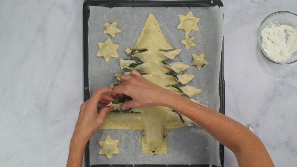 Arbol de Navidad de hojaldre con espinacas y queso Paso 3