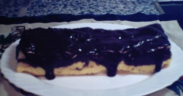 tarta de bizcochos con chocolate y chantilly
